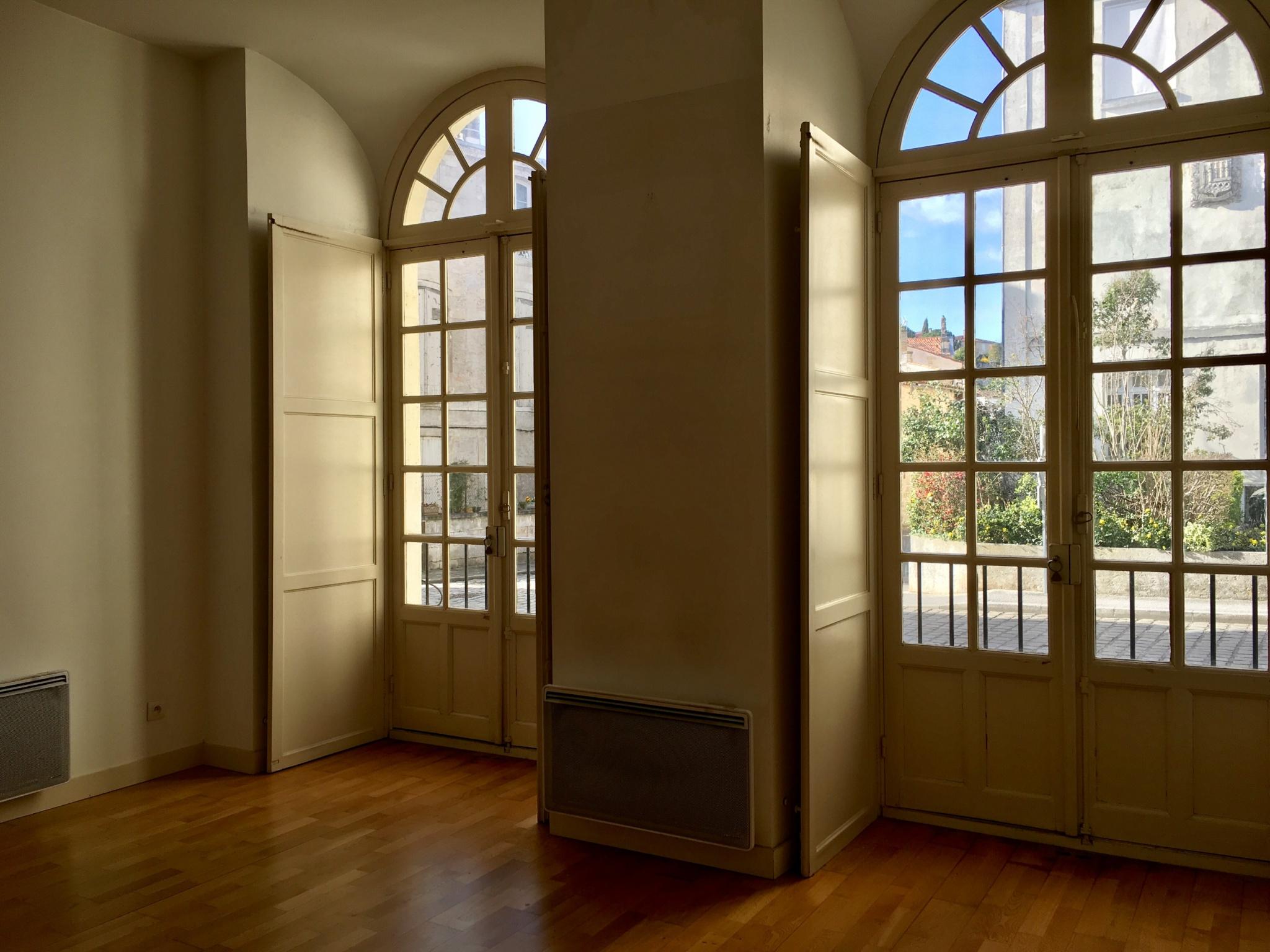 location appartement 42m rez de chauss e avec cour. Black Bedroom Furniture Sets. Home Design Ideas